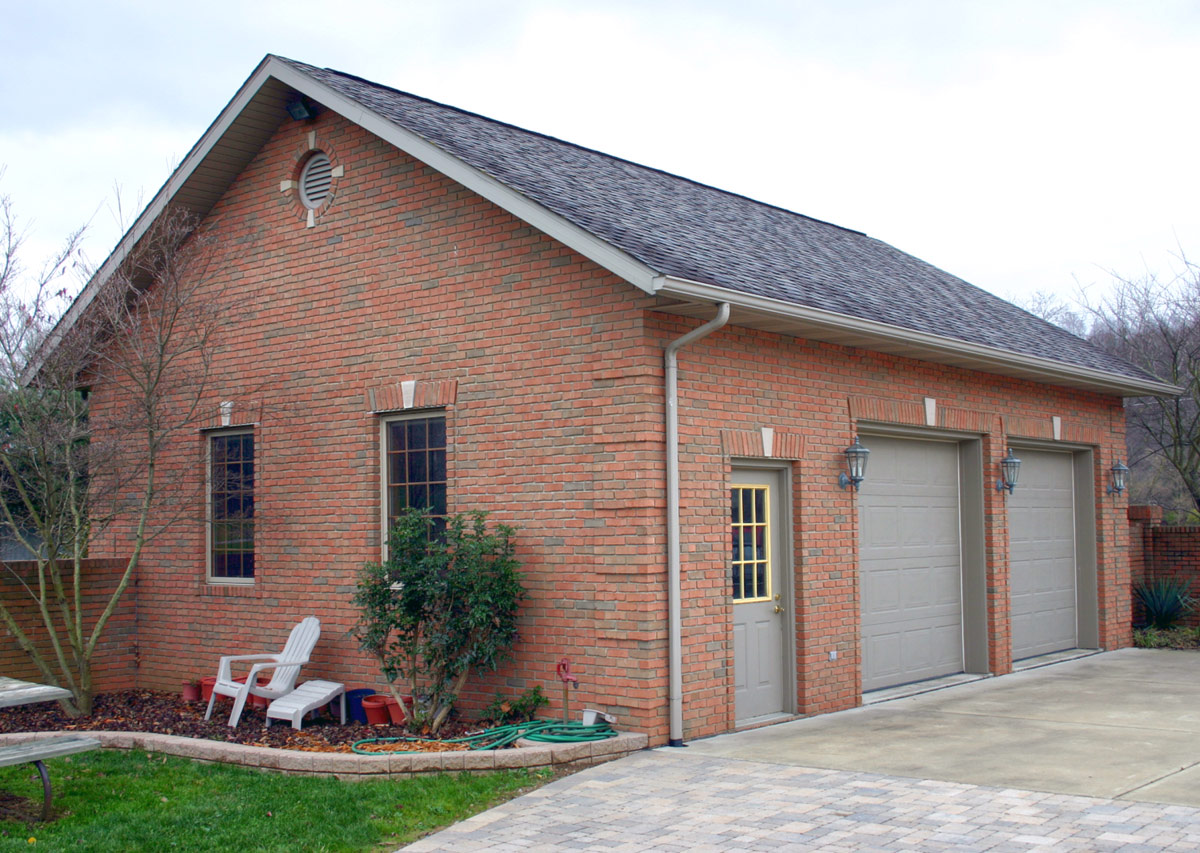 Nice Home with Garage Doors Closed - Good Idea!